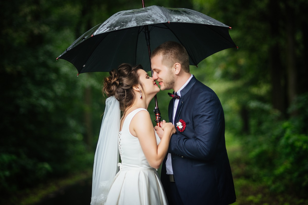 Sesja ślubna w deszczu – czy to może się udać?
